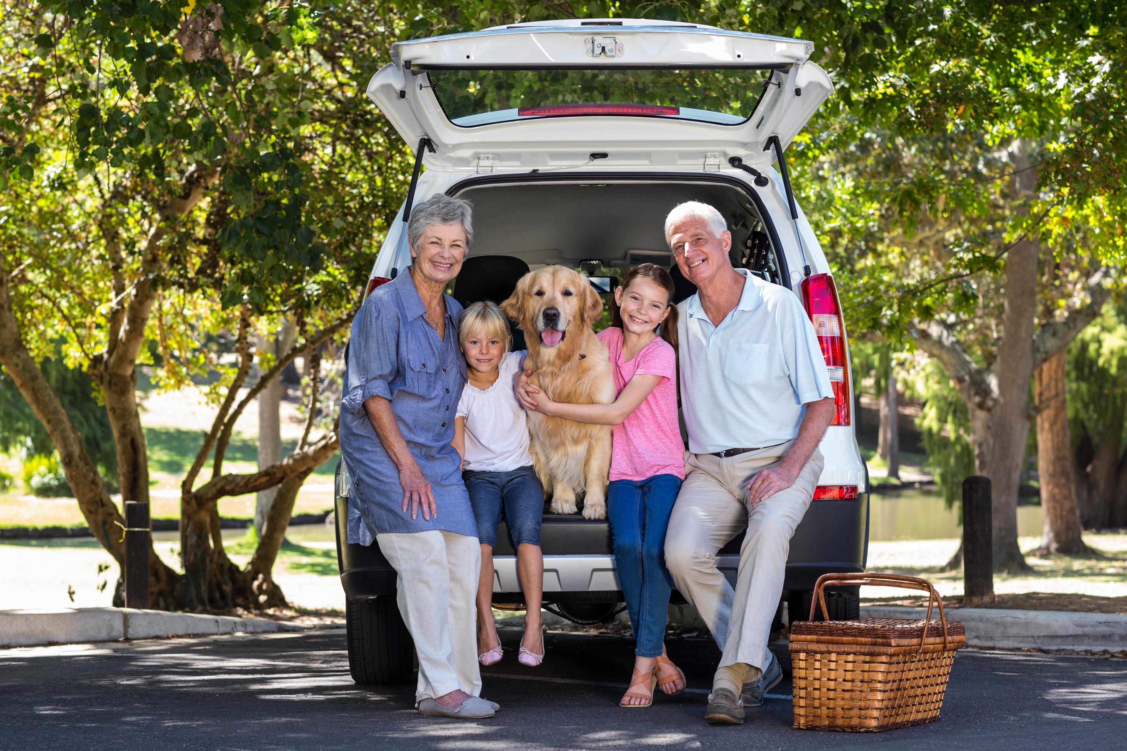 Hund im Kofferraum mit Familie
